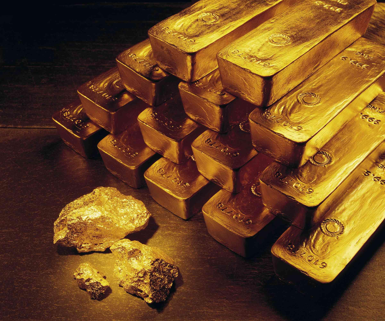 Золотые слитки и кусок золота