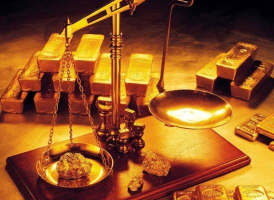 золотые весы и золотые слитки