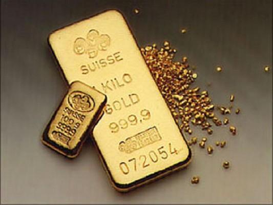 Два золотых слитка (большой и маленький) и золотая россыпь на сером фоне