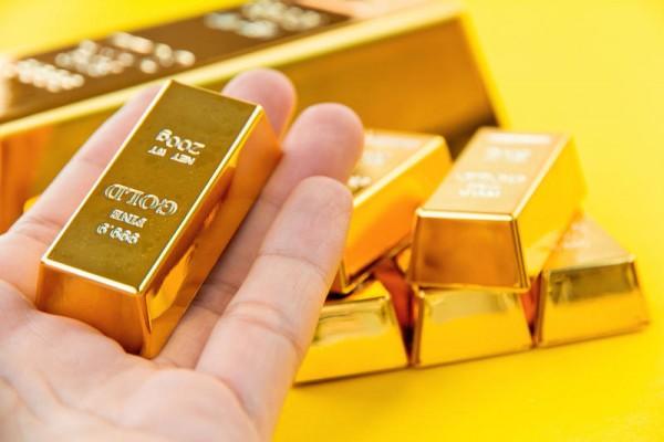 Слиток золота в руке