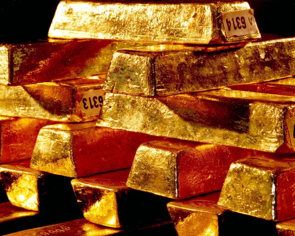 Золотые слитки в стопках крупным планом