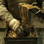 Руки, перебирающие стекающее золото