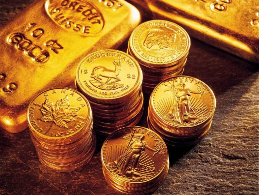 Золотые монеты и золотые слитки - в стопках на золотом фоне