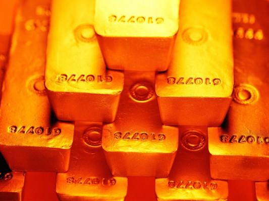 Золотые слитки в стопке крупным планом