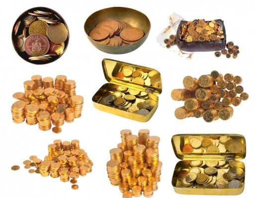 Монеты в стопках, шкатулках на белом фоне