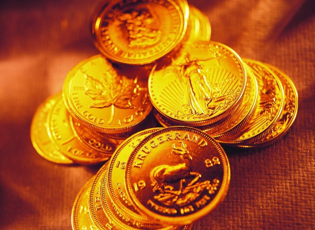 Золотые монеты в хаотичном порядке на золотом фоне