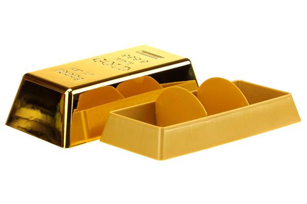 Золотой слиток и коробка с двумя золотыми монетами на белом фоне