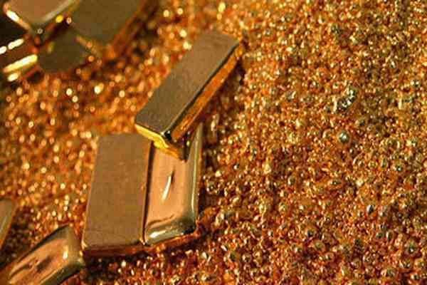 Золотые слитки в золотой россыпи