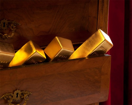 Золотые слитки, торчащие из ящика