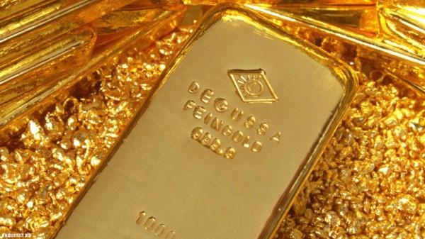"""Золотой слиток, лежащий в золотых """"крошках"""""""