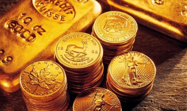 Золотые слитки и монеты крупным планом