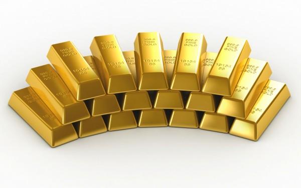 Золотые слитки в стопке на белом фоне