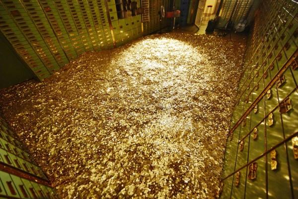 Помещение, усыпанное золотыми монетами