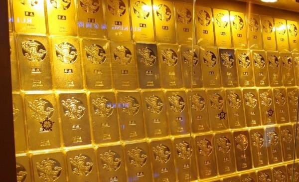 Сложенные слитки за стеклом