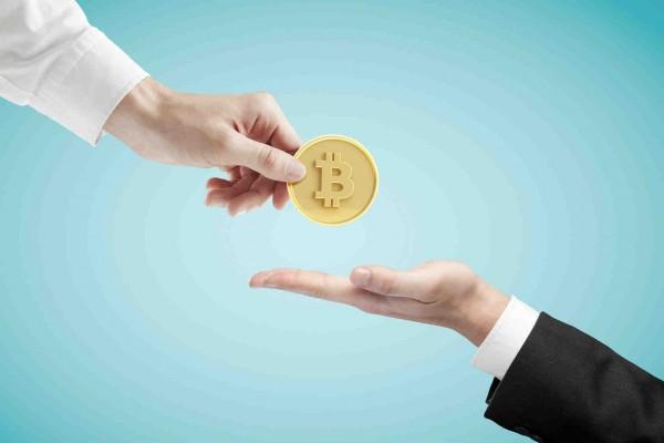 Рука, дающая и рука, берущая инвестиции в форме золотой монеты
