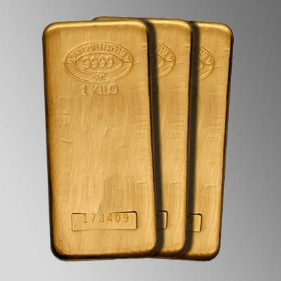 3 одинаковых золотых слитка на сером фоне