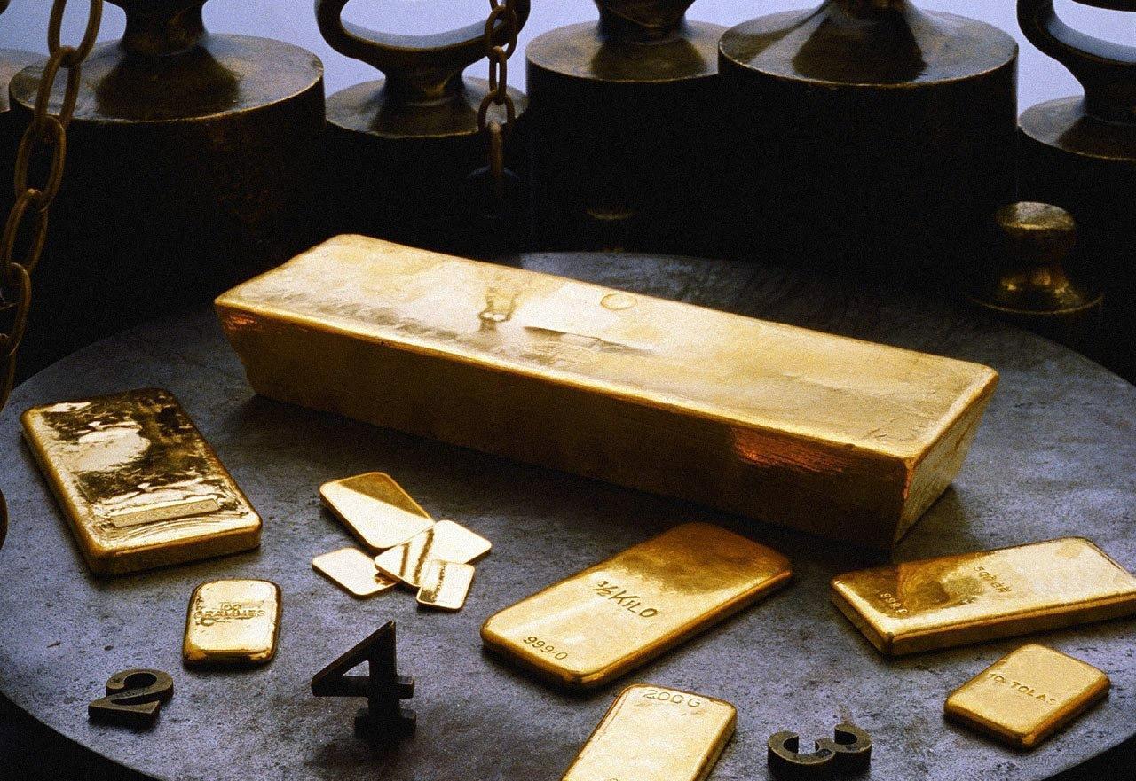 Золотые слитки на серой поверхности