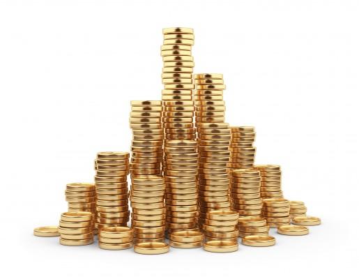 Аккуратные стопки золотых монет на белом фоне
