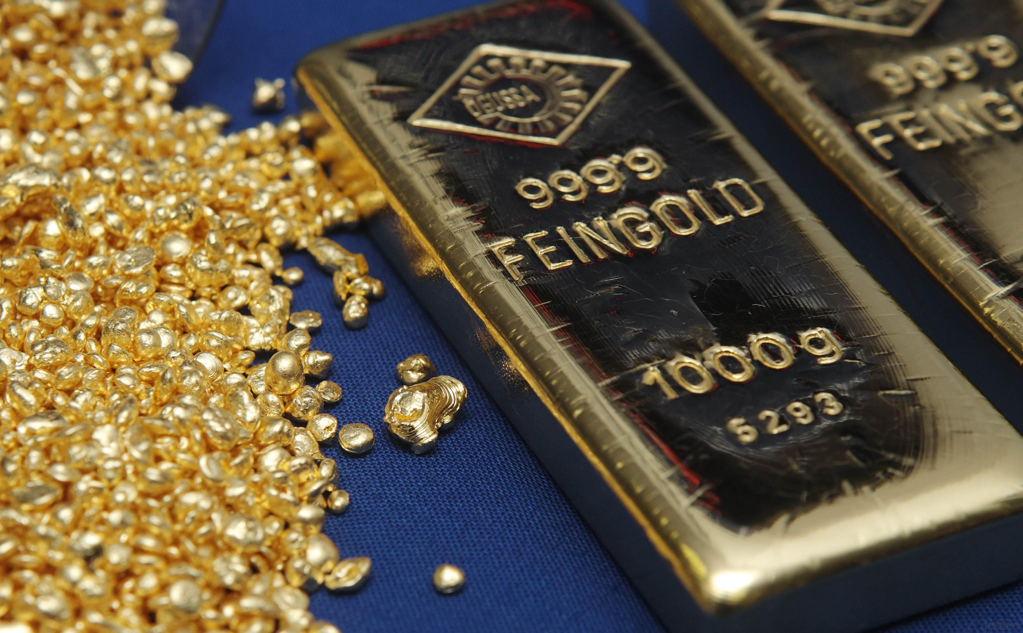Золотые слитки и россыпь золота на синем фоне