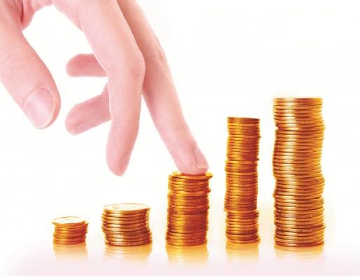 Монеты в стопках по возрастанию на белом фоне