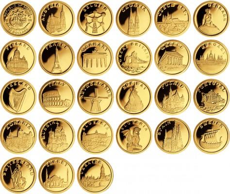 Золотые монеты на белом фоне