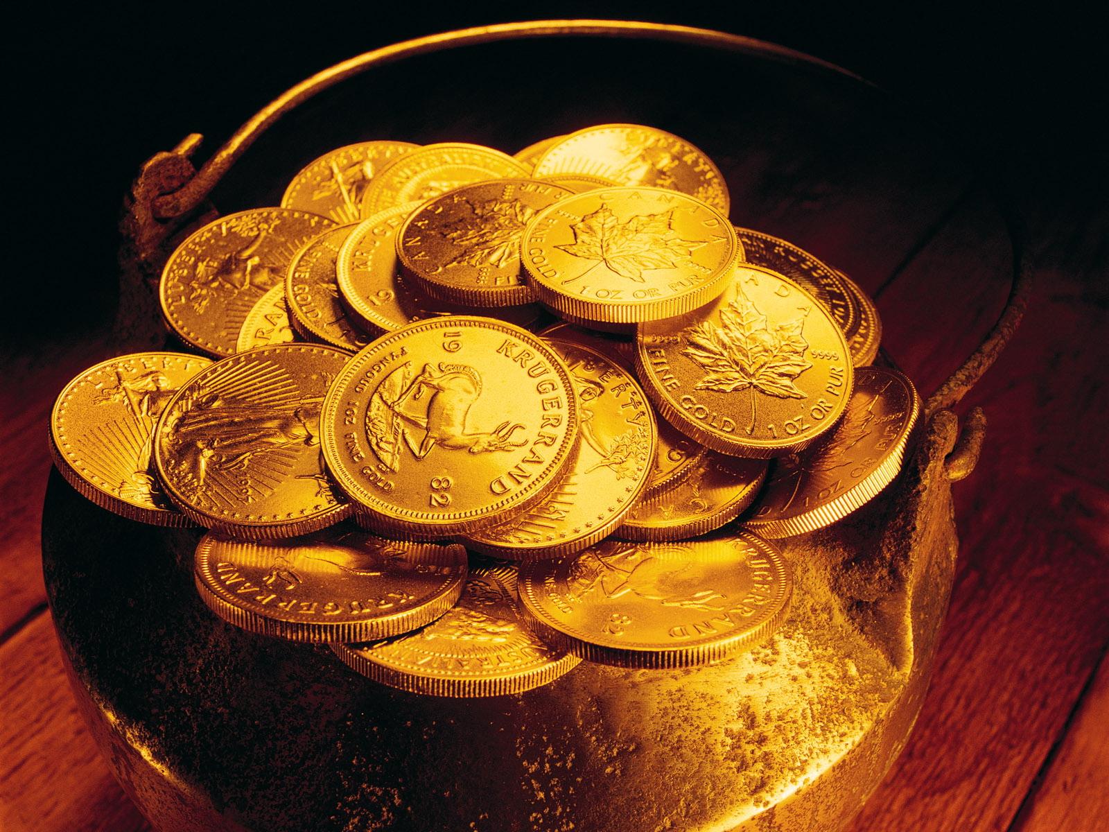 Золотые монеты в ёмкости