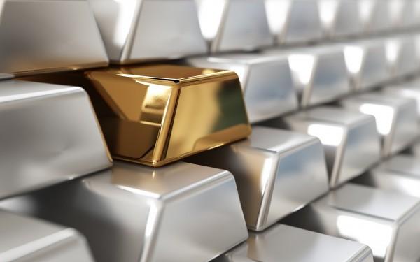 Серебряные слитки и один золотой крупным планом