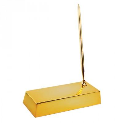 Золотой слиток с пером на белом фоне