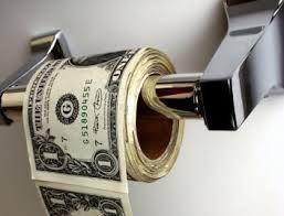 купюры долларов США, намотанные на поручень
