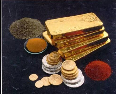 Золото: слитки и монеты на чёрном фоне