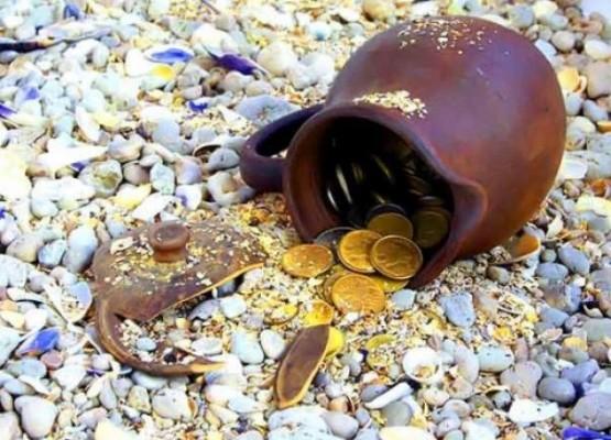 Высыпавшиеся из мешочка монеты - цена на золото