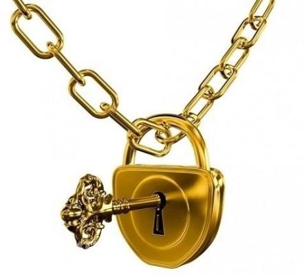 Золотой замок с ключом на золотой цепочке на белом фоне