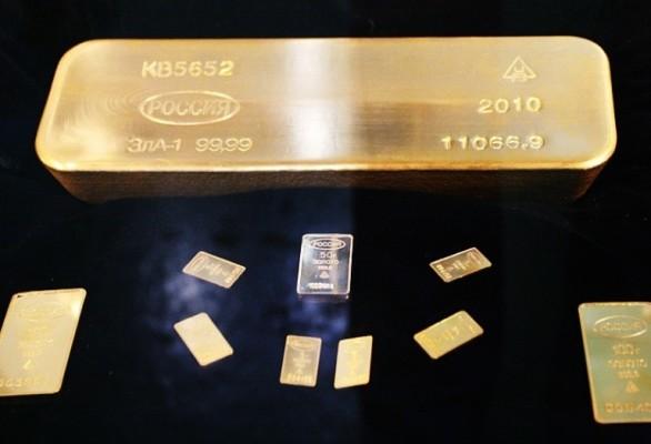 Разные слитки золота на чёрном фоне