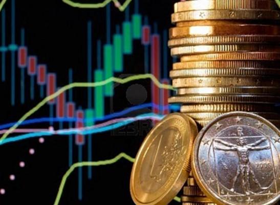 Стопка золотых монет на фоне графика