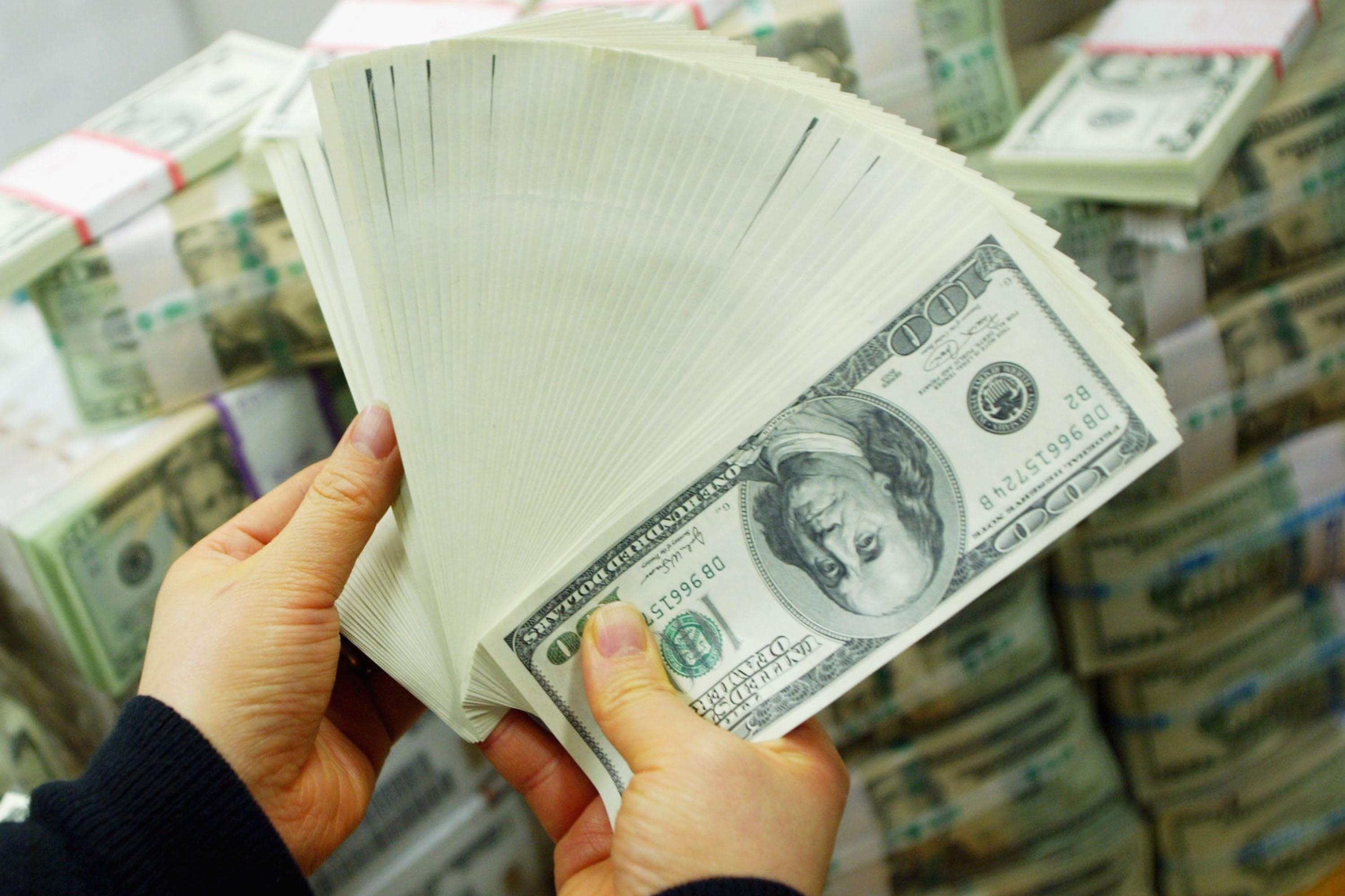 Купюры долларов США в руках