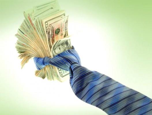 Купюры долларов США, перевязанные галстуком
