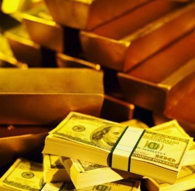 Золотые слитки и купюры долларов США