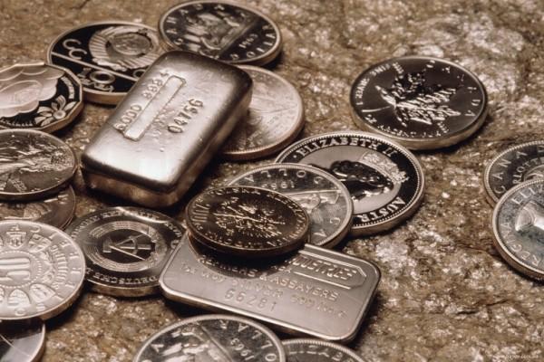 Монеты и слитки в хаотичном порядке