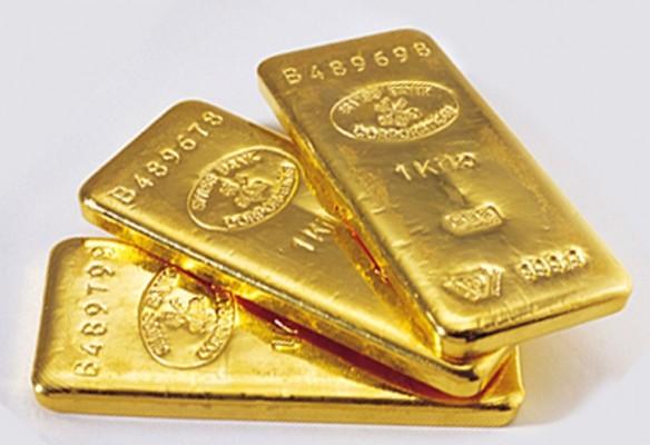 Золото в слитках на белом фоне