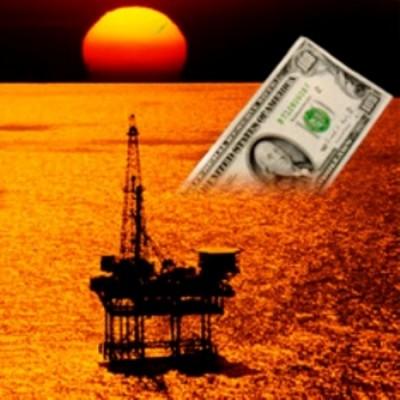 Купюра доллара США, тонущая в море