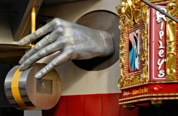 Серебряная рука с молотом