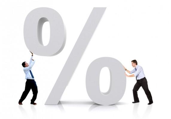 Инвестирование: мужчины, толкающие значок процента