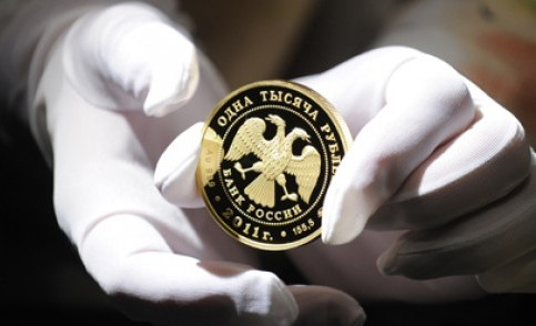 Монета Сбербанка в руках