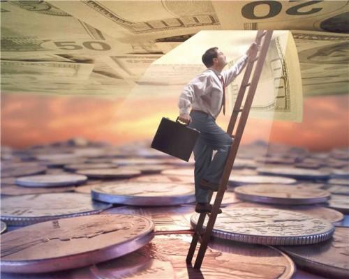 Инвестиции: человек, взбирающийся по лестнице