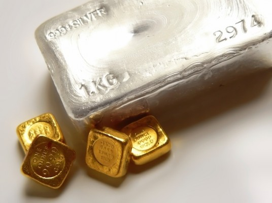 Серебряный слиток рядом с маленькими золотыми