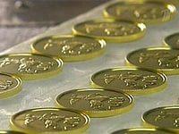 Золотые монеты на конвеере