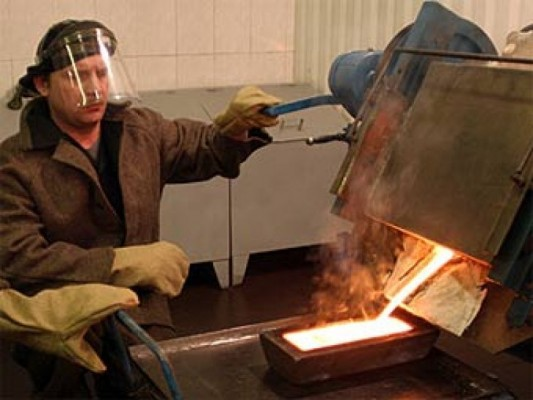 Процесс отлива слитка золота