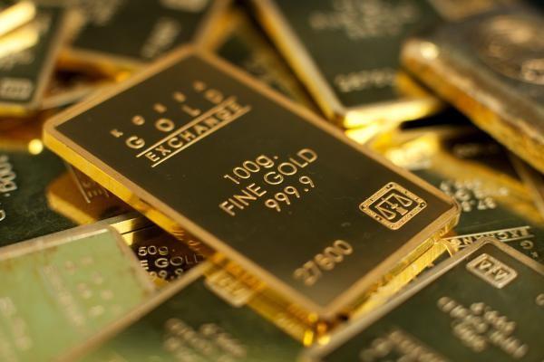 Изображение слитка золота на фоне таких же слитков