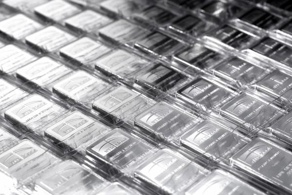 Серебряные слитки – в ряд
