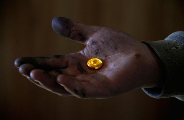 Протянутая рука с золотой монеткой